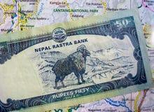 Nota nepalese di valuta sulla mappa fotografia stock