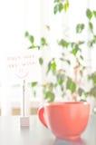 Nota no começo da tabela seu dia com sorriso Imagens de Stock
