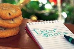 Nota a Papá Noel con las galletas imagen de archivo libre de regalías