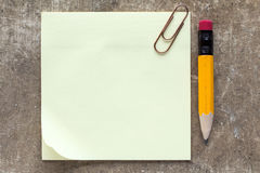 Nota, paperclip e matita appiccicosi Fotografia Stock Libera da Diritti