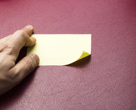 Nota pegajosa amarela em branco Foto de Stock