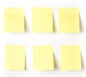 Nota pegajosa amarilla del recordatorio que espera su mensaje. Imagen de archivo