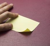 Nota pegajosa amarilla en blanco Imagen de archivo libre de regalías