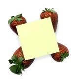 Nota pegajosa con las fresas Fotos de archivo