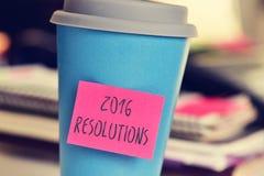Nota pegajosa con las resoluciones del texto 2016 en una taza Imagen de archivo