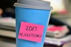 Nota pegajosa con resoluciones del texto 2017 en una taza Fotos de archivo