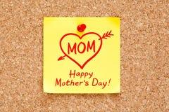 Nota pegajosa de madres del concepto feliz del día Imagenes de archivo