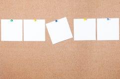 Nota pegajosa do lembrete branco na placa da cortiça, espaço vazio para o texto Imagem de Stock Royalty Free