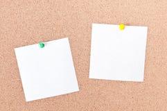 Nota pegajosa do lembrete branco no espaço vazio da placa da cortiça para o texto Fotografia de Stock