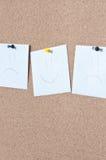 Nota pegajosa do sorriso do lembrete branco na placa da cortiça Foto de Stock Royalty Free