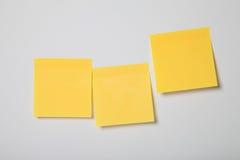 Nota pegajosa em branco no branco Imagem de Stock
