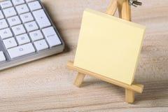 Nota pegajosa en blanco con el teclado Fotos de archivo