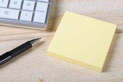 Nota pegajosa en blanco con el teclado Foto de archivo libre de regalías