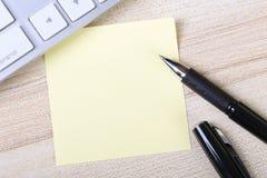 Nota pegajosa en blanco con el teclado Fotografía de archivo libre de regalías