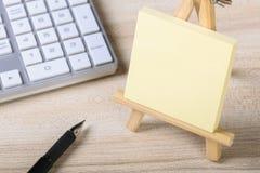 Nota pegajosa en blanco con el teclado Fotos de archivo libres de regalías