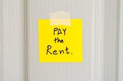 A nota pegajosa escreve a um pagamento da mensagem o aluguel Fotografia de Stock Royalty Free