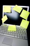 Nota pegajosa no computador Fotos de Stock