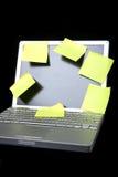 Nota pegajosa sobre la computadora portátil Fotos de archivo libres de regalías