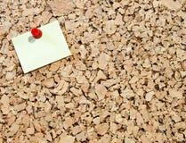 Nota pegajosa sobre tarjeta del corcho Fotografía de archivo libre de regalías