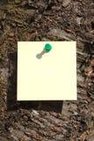 Nota pegajosa sobre un árbol Fotos de archivo