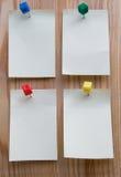 Nota pegajosa sobre un fondo de madera Imagen de archivo libre de regalías