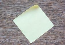 Nota pegajosa vacía sobre fondo de madera Imagen de archivo