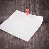 Nota pegajosa vacía sobre un vector de madera Fotografía de archivo libre de regalías