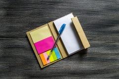 Nota pequena com papel pegajoso para executivos, professores e estudantes Imagens de Stock Royalty Free