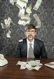 Nota retra del dólar del vuelo de la oficina del hombre de negocios del empollón Imágenes de archivo libres de regalías