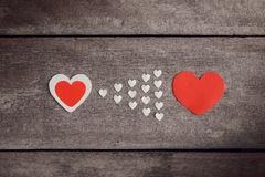 Nota rossa della carta in bianco con forma del cuore sul backgroun di legno di lerciume Immagine Stock Libera da Diritti