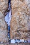 Nota's in de hiaten tussen de stenen van de Westelijke Muur worden opgenomen die stock afbeeldingen