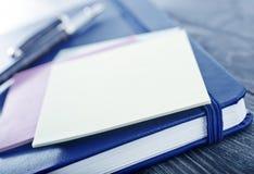 Nota's en pennen Stock Foto's
