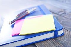 Nota's en pennen Stock Foto