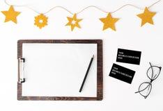 Nota's om de achtergrond van de Kerstmissamenstelling van lijstadreskaartjes te doen behang, denneappels, decoratieballen, op wit stock afbeeldingen