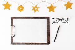 Nota's om de samenstellingsachtergrond van lijstkerstmis te doen behang, decoratie en knipsels op whit stock fotografie