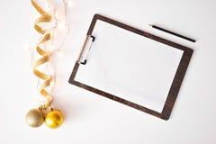 Nota's om de samenstellingsachtergrond van lijstkerstmis te doen behang, decoratieballen, op witte achtergrond royalty-vrije stock fotografie