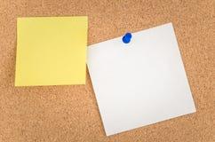 Nota's over een noticeboard royalty-vrije stock afbeelding