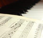 Nota's over pianosleutels Stock Afbeeldingen