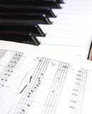 Nota's over pianosleutels Royalty-vrije Stock Fotografie