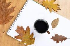 Nota sobre el papel con café Foto de archivo libre de regalías