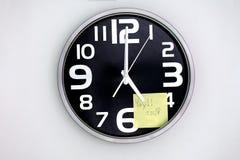 Nota sobre 5 en un reloj imagen de archivo libre de regalías