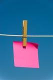 Nota sobre una cuerda para tender la ropa Imágenes de archivo libres de regalías