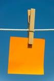 Nota sobre una cuerda para tender la ropa Fotos de archivo