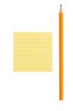 Nota sostenida del lápiz y de post-it sobre el fondo blanco Imagen de archivo