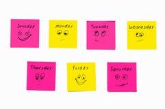 Nota'sstickers om de dagen aan de week te herinneren Grappige nota's met geschilderde emoties, die op de dagen van de week wijzen royalty-vrije stock fotografie