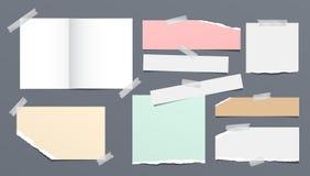 Nota strappata e lacerata variopinta e bianca, strisce di carta del taccuino, attaccate con nastro adesivo appiccicoso su fondo g illustrazione di stock