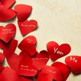Nota sucinta nos corações de papel Fotos de Stock Royalty Free