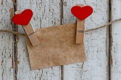 Nota sui precedenti di vecchio recinto con le mollette da bucato nella forma del cuore fotografia stock libera da diritti