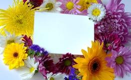 Nota-tarjeta en blanco con las flores imagenes de archivo