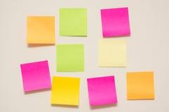 Nota variopinta della carta per appunti su fondo bianco Fotografia Stock